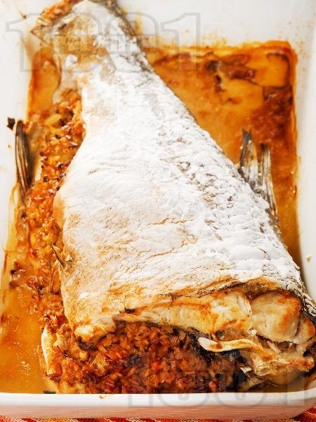Пълнен печен цял толстолоб с ориз, моркови, лук и целина печен на фурна - снимка на рецептата